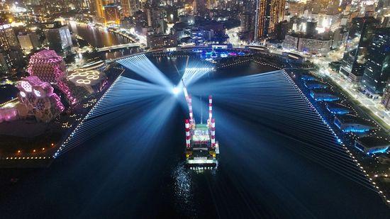 写真: 市制100周年を記念して光で溢れる高雄港